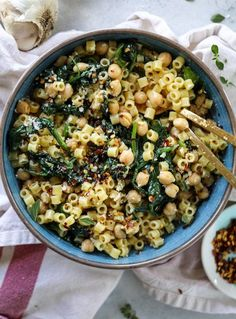 spicy garlic spinach pasta with chickpeas I howsweeteats.com