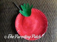 For a fun autumn-themed craft perfect to make with young children, try making an autumn apple paper plate and handprint craft. Octopus Crafts, Elephant Crafts, Frog Crafts, Bird Crafts, Butterfly Crafts, Cow Craft, Bird Nest Craft, Paper Plate Crafts, Paper Plates