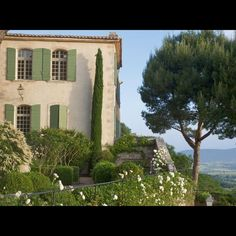 Luberon, Provence, France  Source/Credit: http://www.maison-deco.com/reportages/escapade/Jardins-du-Vaucluse-entre-pierre-et-verdure  #luberon #provence #frenchcountry #hedge #landscape #architect #trees #boxwood #design #garden #grass #outdoors #lifestyle #home #flowers #englishgarden #nature #inspiration #designporn #photooftheday #instapic #picoftheday #igers  #instadaily #instagood #bestoftheday #houseofsavoy #savoygardens #savoyeats