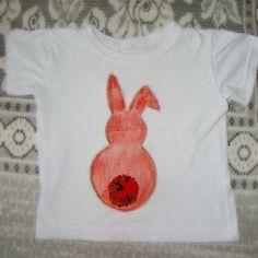My 3 year old daughter and I painted using crayons. I put sandpaper down. After, I waterproofed it with a decoupage glue and attached a pompom.  Esta semana eu e a minha filha de 3 anos personalizamos uma camiseta. Pintamos um coelhinho com giz de cera (embaixo colocamos uma lixa) e depois passei termolina (para impermeabilizar) e fiz um pompom. #craftswithkids #gizdecera #crayon #camiseta #tshirt #personalizar