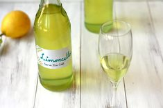 This Italian limoncello recipe makes delicious cocktails and homemade gifts. Find out how to make homemade limoncello with lemons and vodka. Homemade Liquor, Semi Homemade, How To Make Homemade, Italian Limoncello Recipe, Homemade Limoncello, Infused Vodka, Vodka Tonic, Limoncello Cocktails, Elopement Party
