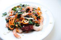Zoete aardappelpasta - Jenny Alvares Sweet Potato Pasta, Shrimp Salad, Salmon Burgers, Pasta Recipes, Veggies, Healthy Recipes, Healthy Food, Beef, Cooking