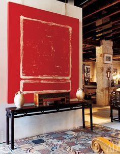 Интерьер лофта построен по принципу контраста между предметами разного стиля: над консолью эпохи Мин с терракотовыми вазами — абстрактная картина Нанды Ботеллы.