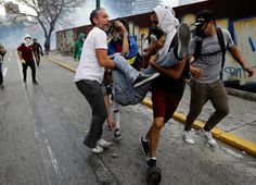 Un manifestante herido es ayudado por otras personas durante una manifestación contra el gobierno del presidente de Venezuela Nicolas Maduro en Caracas.  REUTERS / Carlos Garcia Rawlins