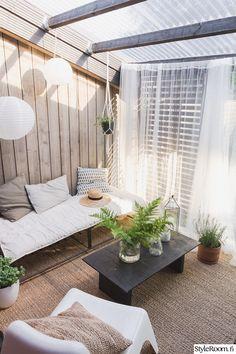 Rivitalopiha - Sisustuskuva jäseneltä jaana_k - StyleRoom. Outdoor Rooms, Outdoor Living, Outdoor Decor, Small Patio Ideas Townhouse, Modern Farmhouse Porch, Small Modern Home, Backyard Patio Designs, Outside Living, Balcony Design