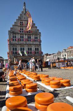 Vou falar um pouquinho sobre a cidade de Gouda na Holanda. Achou familiar esse nome? É que na Holanda as cidades antigamente davam seu nome ao queijo fabricado, e Gouda até hoje fabrica seu queijo de renome internacional como faziam na idade média. Essa variedade de queijo chega a representar cerca de 50 a 60% da produção holandesa.