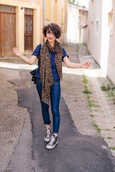 hair_beauty-I don't like the matchy-matchy shoes, but the leopard with the blue is really cool. Short Curly Hair, Wavy Hair, Curly Hair Styles, Natural Hair Styles, Curly Bob, Vintage Inspired Fashion, Mode Style, Hair Today, Summer Outfits
