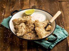 Tahini eli seesamitahna maustaa broilerin lempeällä tavalla. Lihan pintaan pyöräytetyt seesaminsiemenet tuovat ruokaan rapsakkaa rakennetta ja raikas jogurttikastike viimeistelee kokonaisuuden. Kokeile myös salaattina!