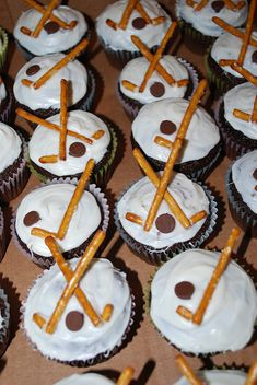 hockey cupcakes | chocolate cupcakes with pretzels as hockey… | Flickr