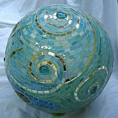 gazing ball - beautiful spiral pattern - from a bowling ball. Would be a great garden accent. Bowling Ball Garden, Mosaic Bowling Ball, Bowling Ball Art, Garden Balls, Mosaic Garden Art, Mosaic Art, Mosaic Glass, Mosaic Tiles, Glass Art
