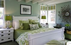 Dormitorio verde con tela en estampado de palmeras.