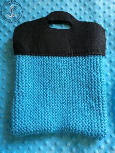 Torebka robiona na drutach z grubej alpejskiej włóczki. Rączki wycięte z grubego filcu i przyszyte.