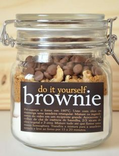 Do It Yourself Brownie 1 cup plain flour cup cocoa cup white sugar cup muscovado sugar cup walnuts or pecans 1 cup chocolate drops Method Pre-heat oven to 180 degrees. Mason Jar Meals, Mason Jar Gifts, Meals In A Jar, Mason Jars, Brownies In A Jar, Brownie Jar, Do It Yourself Food, Edible Gifts, Homemade Gifts
