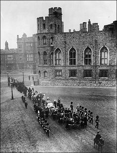 Two days after the funeral, on Queen Victoria was taken to Frogmore Mausoleum to rest beside her husband Prince Albert. In this picture the cort& is on its way from The& through the Upper Ward of Windsor Castle, drawn by the Royal Horse Artillery. Queen Victoria Family, Queen Victoria Prince Albert, Victoria And Albert, Wilhelm Ii, Kaiser Wilhelm, Old Pictures, Old Photos, Kensington, Reine Victoria