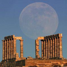 La Luna, que en la imagen se observa arropando el templo de Poseidon en Atenas, no estuvo tan cerca de la Tierra desde mayo de 2012.