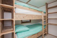 Een comfortabel stapelbed voor de kids en genoeg ruimte om de kleding op te bergen! #slaapkamer #stapelbed #interieur #glamping #stoerbuiten Ibiza, Surf Lodge, Caravan Ideas, Treehouse, Lodges, Bunk Beds, Surfing, Diy, Furniture