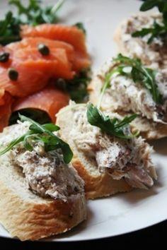燻製のサバとリコッタチーズのディップで飾る、イギリス料理「サバのカナッペ」です。  燻製ならではの香りを楽しむボリュームカナッペ。サバがなかったら他の魚の燻製や、サーモンフレークなどでも応用できます。