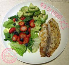 Tilapia con ensalada de lechuga, arugula, palta, fresas y blueberries. #eatclean Instagram: @fitnessinaps www.facebook.com/fitnessina