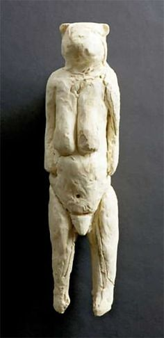 the oldest sculpture known, (40.000 BP) called Lowenfrau, the Lion Lady Venus - carved from mammoth ivory. It was found in the cave of Hohlenstein-Stadel in the Valley of Lone, Baden-Wurttemberg (Germany), in 1931, dated as Aurignacian. Este es un modelo hecho pensando en la hipótesis de que fuera una mujer.En la cueva española de Las Caldas un retrato de animal de hace14 000 años es claramente femenino. Por encima de él se ve como una cabra de montaña, debajo de ella tiene una vulva.