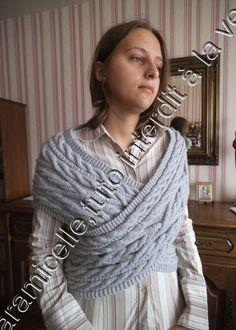 Voici le tuto de l'écharpe cache coeur grise ; comme je vous l'avais dit elle est sensiblement différente de l'écharpe de Victoria; le motif central traditionnel est le même , ce sont les bordures qui diffèrent pour une taille 38/40 ; à vous de faire...