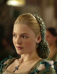 Holliday Grainger as Lucrezia Borgia in The Borgias (TV Series, pearl snood Costume Renaissance, Renaissance Hairstyles, Historical Hairstyles, Renaissance Fashion, Renaissance Fair, Renaissance Dresses, Victorian Fashion, Les Borgias, Lucrezia Borgia
