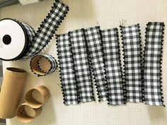 DIY Gingham Napkin Rings Using Toilet Paper Rolls. Super Simple and So Cute! Christmas Toilet Paper, Toilet Paper Roll Crafts, Farmhouse Napkin Rings, Christmas Napkin Rings, Diy Napkin Rings, Christmas Table Settings, Easter Crafts For Kids, Decoration Table, Tablescapes