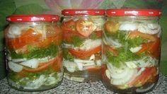 Včase príprav zeleninových zaváranín na zimu častokrát pripravujeme už odskúšané recepty od našich babičiek. Najpopulárnejšie sú samozrejme nakladané uhorky či lečo. My vám ponúkame paradajkový šalát na poľský spôsob. Ak máte radi kyslé zaváraniny, tak určite oceníte tento recept. Všetky ingrediencie sú určené na 1litrové sklíčko Použite 9% ocot Paradajky môžu byť akékoľvek: mäkké, srozlišnou veľkosťou či vzhľadom Ingrediencie: 700g