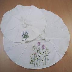 야생화를 담은 연잎다포^^ 습하고 무더운 여름 모두들 건강하게 보내길... #광산풀잎문화센터 #야생화자수#프랑스자수#서양자수 Cute Embroidery, Embroidery Stitches, Embroidery Patterns, Mug Rugs, Fabric Art, Linen Bedding, Textile Art, Needlepoint, Needlework