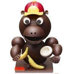 Émile le Gorille, mascotte en chocolat noir ou lait est garnie de fritures. Arnaud Lahrer
