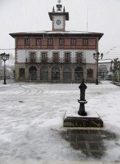 Nieve en la plaza de Concha, con el ayuntamiento al fondo.