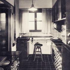 Nykyaikaisen keittiön esiäiti, eli ns. Frankfurtin keittiö kehitettiin 1926 Margarete Schutte-Lihotzkyn toimesta. Keittiön nerokas idea oli ensi kertaa yhdistää kaikki ruoanlaittoon ja kodinhoitoon liittyvät toiminnot yhteen huoneeseen ja järjestää ne siten, että toimet saisi tehtyä mahdollisimman tehokkaasti ja vähän kuormittavasti. Vallankumouksellinen keittiöidea levisi funktionalismin myötä koko Eurooppaan ja Suomessakin saman idean pohjalta toteutettuja ns. laboratoriokeittiöitä…