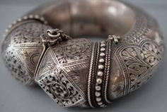 A very rare piece from Oman, posted by Linda Pastorino on Sarah Corbett'ssite the ethnic jewels forum @ ning. The quality of this is truly outstanding. Perhaps made by an Indian smith? ( Joost Daalder)