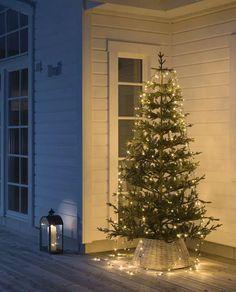 Vakker LED juletreslynge til utendørs bruk med 240 frostede LED med amber lys fra Konstsmide. Slyngen har en toppring som enkelt trees ned over toppen av treet og åtte lengder sort kabel på 2,4 meter med 30 LED hver. Lysslyngen kan styres via app (iOS/Android).