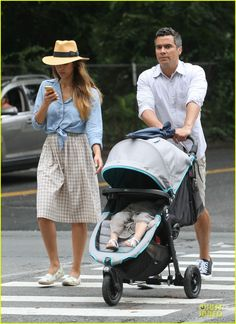 Jessica Alba & Cash Warren: East Hampton Stroll with Haven!: Photo Jessica Alba checks messages on her phone while taking a stroll with husband Cash Warren on Friday (August in East Hampton, N. Jessica Alba Outfit, Jessica Alba Casual, Jessica Alba Family, Jessica Alba Style, Celebrity Style Dresses, Celebrity Style Casual, Look Street Style, Fashion Capsule, Gingham Shirt
