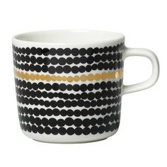 The result of Nordic cooperation: The iconic pattern on the Marimekko Oiva Räsymatto mug with handle comes from Maija Louekari while Sami Ruotsalainen designed the shape of the large coffee cup. Marimekko, Jackie Kennedy, Kartell, Contemporary Classic, Everyday Items, Nordic Design, Gull, Decoration, Stoneware