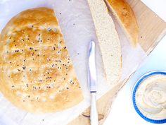 Een Turks brood recept om zelf dit klassieke brood mee te maken. Superlekker zelfgemaakt Turks brood voor bij de borrel of als lunch. Pastry Recipes, Pizza Recipes, Bread Recipes, Naan, Tortillas, Food Vans, Quick Healthy Meals, Healthy Fit, Bread And Pastries