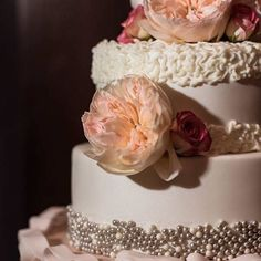 This stunning cake is just the beginning of a wedding in Vegas, baby!! Definitely a must see! #linkinbio Photographer: @fabioandadri