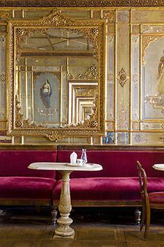 Le Florian situé sous les arcades de la place Saint-Marc à Venise.