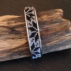 Manchette rigide argentée en tissage miyuki noire, gris et argenté. Beaded Bracelet Patterns, Bead Loom Patterns, Beading Patterns, Inkle Weaving, Bead Weaving, Beaded Belts, Beaded Jewelry, Loom Bracelets, Bracelets For Men