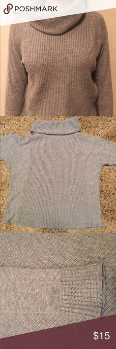 Light Gray Turtleneck Sweater Light gray turtleneck sweater. Ribbed cuffs. Barely worn, no wear or tears. Warm and cozy, perfect for layering under jackets. Forever 21 Sweaters Cowl & Turtlenecks