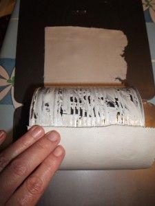 Comme promis voici le tuto d'une boîte en argile autodurcissante réalisé pendant mes vacances avec peu de moyens. A peindre ou pas A vous de jouer ................... Coupez un pain de 1kg de pâte autodurcissante en deux (il en existe plusieurs sortes)...