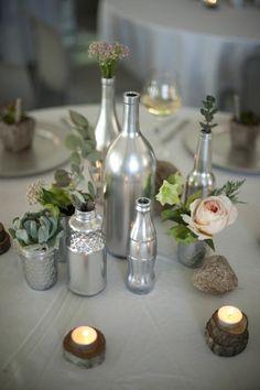 centre de table avec des bouteilles argentées