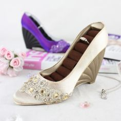 Jacki-Design-Dazzling-Gems-Shoe-Wedge-Shaped-Ring-Holder-Gold-Color-Polyresin