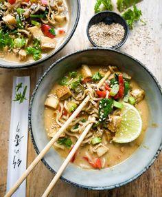 Vegansk thai suppe – Opskrift på thaisuppe med nudler på 30 min. Bolognese, Thai Red Curry, Ramen, Ethnic Recipes, Food, Inspiration, Autumn, Biblical Inspiration, Essen