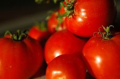 Top tomato face packs to get healthy, glowing skin Tomato For Skin, Tomato Face, Tomato Soup, Tomato Gazpacho, Health Benefits Of Tomatoes, Homemade Face Pack, Cystic Acne Treatment, Facial Treatment, Hiking Food