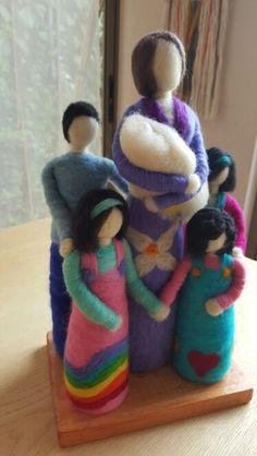Mamá y sus hijos en Vellón Agujado MimarAmar. Mother and her children in felt. Nuno Felting, Needle Felting, Diy Laine, Felt Angel, Felted Soap, Felt Baby, Waldorf Dolls, Felt Toys, Handmade Toys