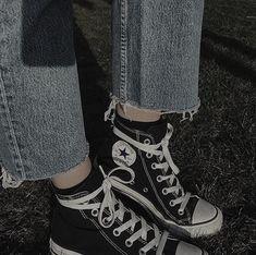 via sarzze. Aesthetic Images, Aesthetic Photo, Mode Grunge, Estilo Rock, Fashion Corner, Vintage Type, Character Inspiration, Converse Chuck Taylor, High Top Sneakers