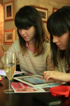 The girls discover the brand new Gameloft's game, Fashion Icon, focused on fashion and blog universes.  http://www.cadranhotel.com/