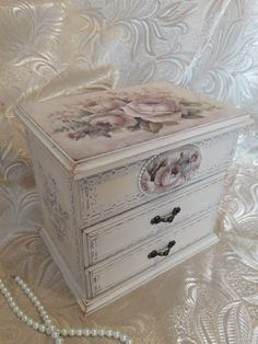 How To Choose Your Jewelry Armoire Decoupage Vintage, Decoupage Box, Decoupage Furniture, Shabby Chic Furniture, Painted Furniture, Furniture Design, Painted Jewelry Boxes, Diy And Crafts, Arts And Crafts