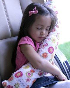 Un oreiller sur la ceinture de sécurité:  génial.  Les enfants ont rarement la tête appuyée sur le siège.
